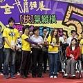 影展主席柯淑卿(左二)與代言人卓文萱(右)高舉獎座,鼓勵參賽者拍出夢想.JPG