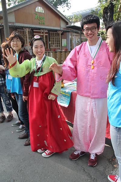 韓國志工穿傳統服飾歡迎參賽者.JPG
