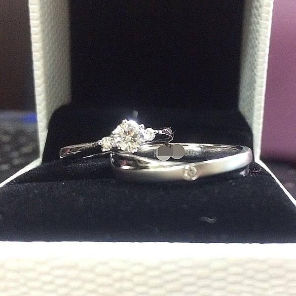 我們約定一生的婚戒 祝福著我們的愛情 像鑽石般閃耀不滅、歷久彌新