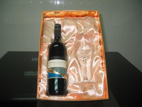 澳洲黑木園紅酒+杯.jpg