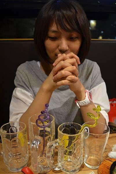 對著四個酒杯許願的女人XDD