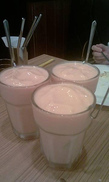 三杯木瓜牛奶ㄅㄧㄥ