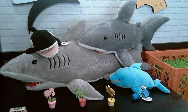 店內一角的鯊魚玩偶