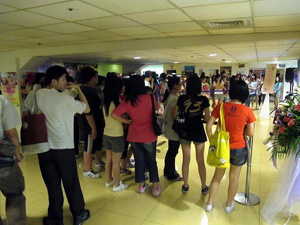 7/5 台灣電影新勢力記者會開始前已經有很多粉絲在等待了
