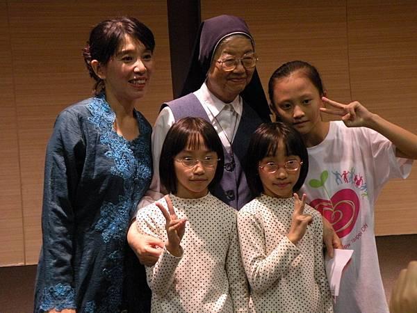 萍華與女兒們同善牧執行長湯靜蓮修女合影