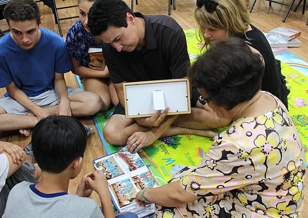 自由時報-科爾代魯家庭觀看寄養家庭為孩子精心準備的活動紀錄相本