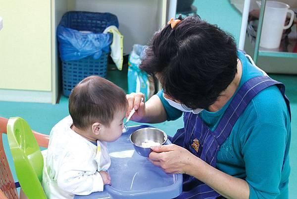 IMG_2743C區的寶寶四個月大就需要開始練習吃副食品
