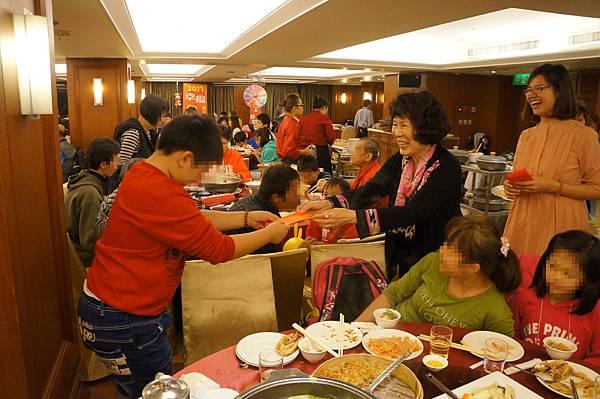 海霸王國際企業集團謝總經理發送紅包給弱勢孩童,祝賀大家新年快樂。_副本