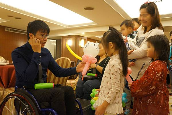 街頭藝人鴻凱為孩子折氣球及畫可愛小圖,讓餐會充滿孩子的歡笑聲。_副本
