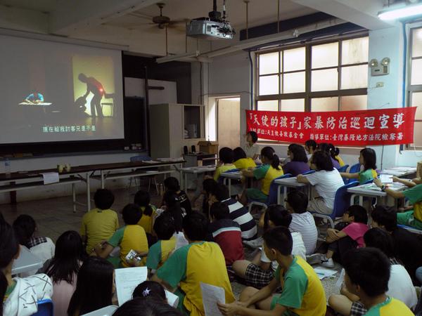 學生們認真地觀賞舞台劇DVD.jpg