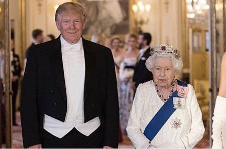 英女王戴紅寶石抵禦災厄.jpg
