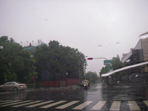 假裝風雨很大