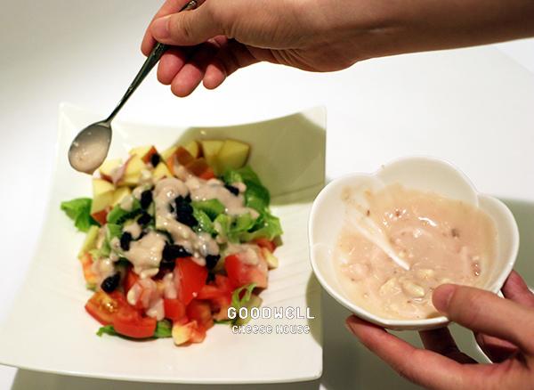 水果沙拉淋上青黴優格醬.jpg