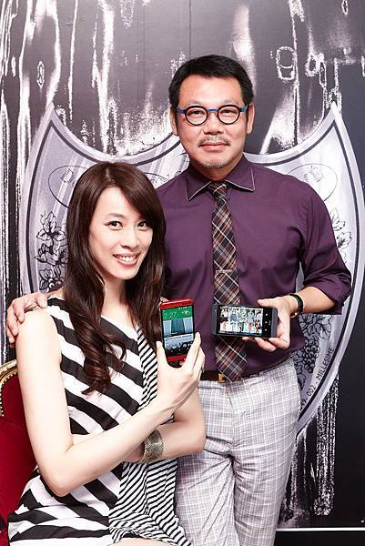 照片圖說:時尚名模倪雅倫(左)與時尚觀察家袁青(右)對於HTC One (E8)的亮眼外型及豐富色彩愛不釋手,充分滿足對時尚與視覺體驗追求完美的時尚工作者。