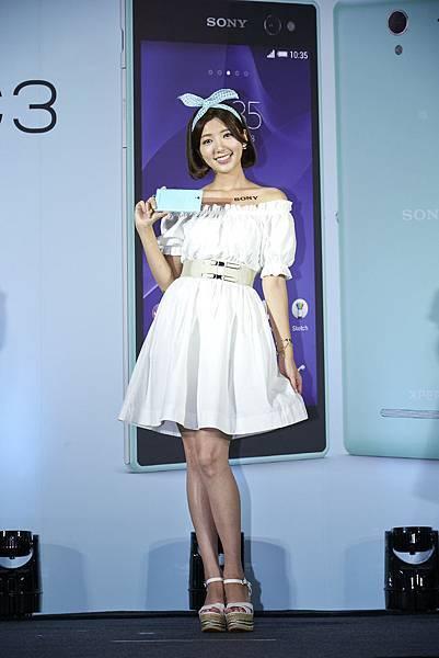圖3_Sony Mobile首次以代言人郭雪芙作命名為「幽芙黑」、「雪芙白」,以及全新「蒂芙綠」色,甜美亮相