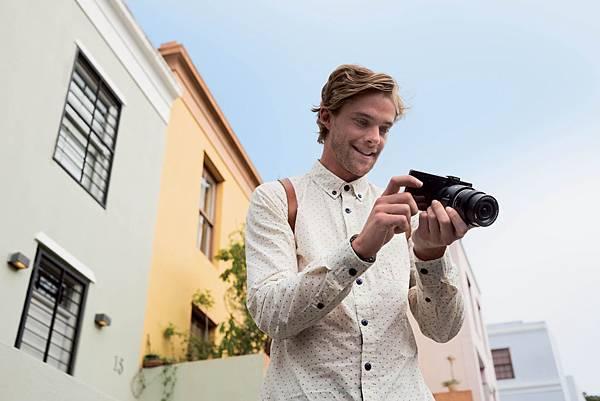 圖3.Sony【ILCE-QX1】精簡與輕便的158公克單機身,讓攝影師外出時可以暫時拋開沉重的單眼相機