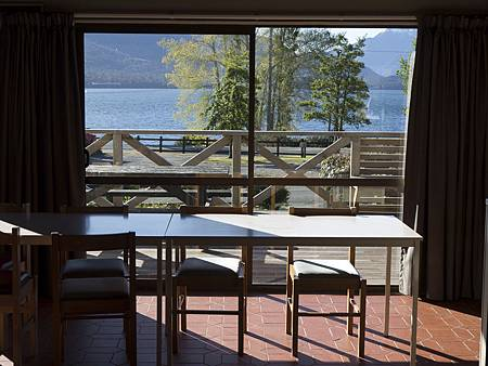 紐西蘭營地的湖景用餐區