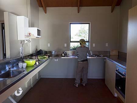 設備齊全整潔的營地廚房