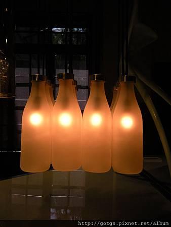 看出來了嗎?是瓶子造型的燈哦~