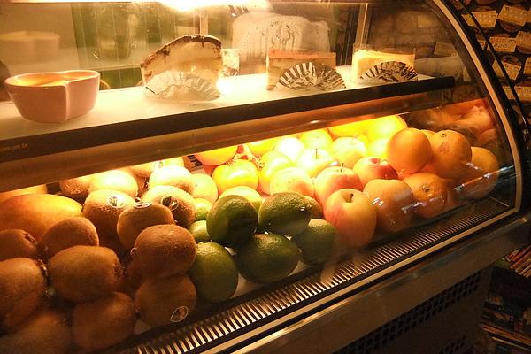 採用新鮮水果打成的飲料.jpg