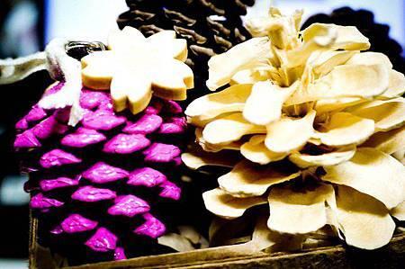 松果項鍊上,有櫻花綴飾