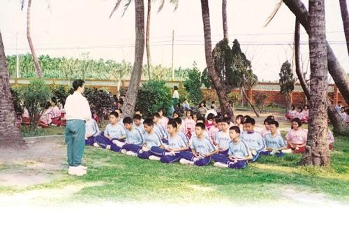 讓學生學習禪坐,開啟心靈智慧,同時可內化完美的人格。