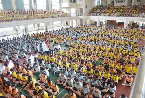 五權國中學生共約1500人坐滿大禮堂來參加靜心講座
