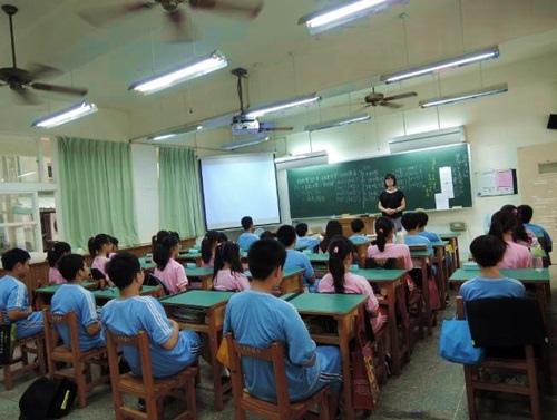 洪正容老師在新竹市光華國中帶領學生靜心專注