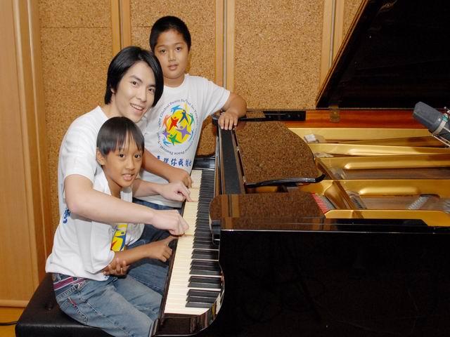 更改大小2009和平大使蕭敬騰在錄音室擔任起臨時音樂老師,與災區小朋友彈琴唱歌.jpg