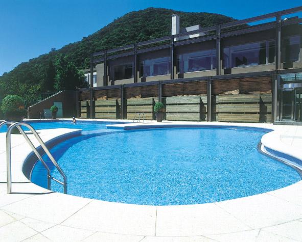 山泉游泳池