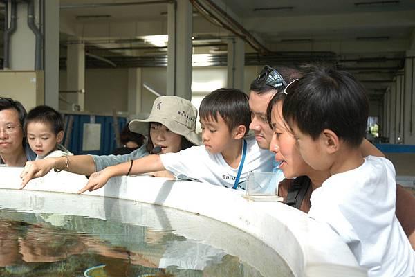 水族實驗中心_1_透過專業解說員的講解,民眾對於珊瑚生態與繁養殖技術產生濃厚興趣