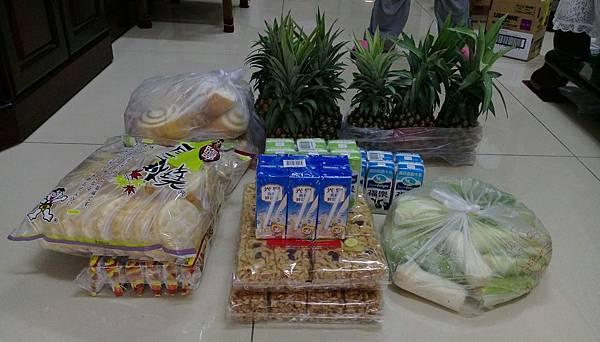 7.1陳秀娟鳳梨6個、玉米一袋、餅乾4大包、饅頭20顆、保久乳18罐.jpg