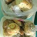 4.14羅娃捐贈麵包兩袋.jpg