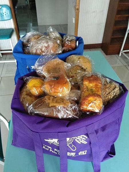 4.28羅娃捐贈麵包兩大袋.jpg