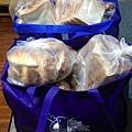 4.22羅娃捐贈麵包兩大袋.jpg