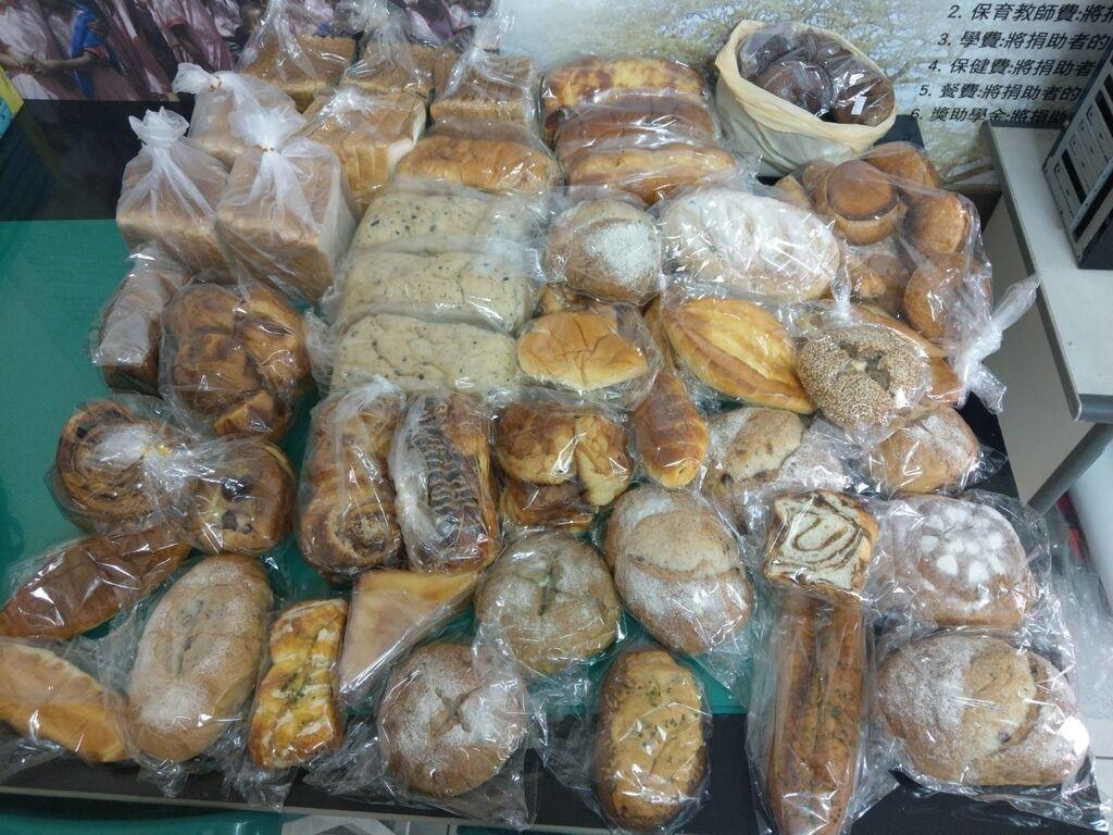 4.23羅娃贈送麵包一批.jpg
