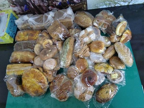 5.5羅娃捐贈麵包一批.jpg
