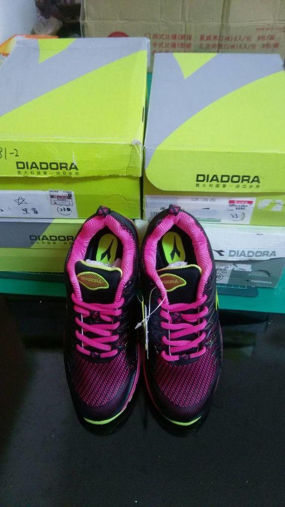 10.30陳小姐捐贈5雙DIADORA鞋.jpg