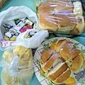 2.26善心人士捐贈烤麵包,糖果,水果.jpg