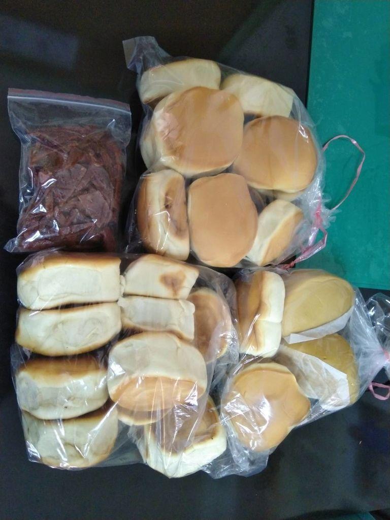 2.27善心人士捐贈烤麵包,小饅頭,肉乾.jpg
