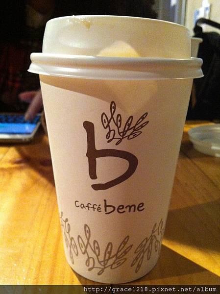 逛完東大門腿痠後行程:張根碩的caff'e bene (焦糖瑪奇朵 甜度8)