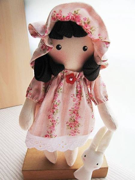 客訂粉紅玫瑰姐妹鄉村娃娃(10).JPG