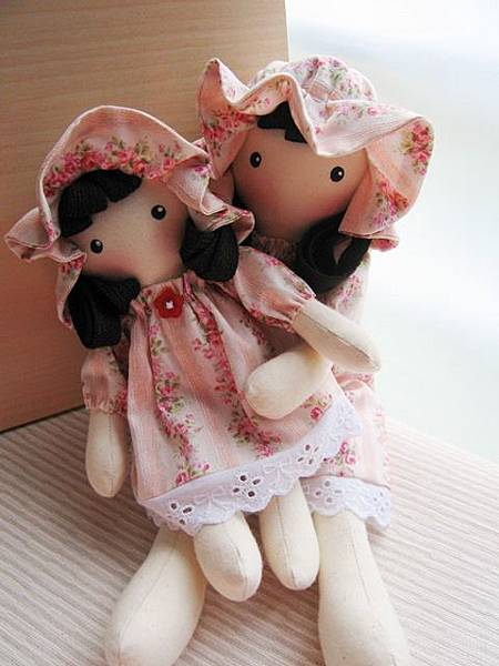 7+8號客訂粉紅玫瑰姐妹鄉村娃娃(12).JPG