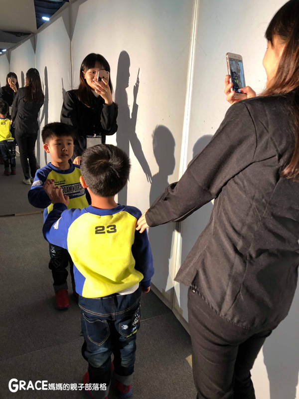 寒假周休2日放假親子旅遊分享推薦行程-台北華山-巴黎龐畢度中心兒童藝術工作坊-影子遊戲-光影變化材質透光彩度明度認識-跳舞方塊-新造型主義大師蒙特里安體驗式操作-猜猜我是誰-普普藝術家艾羅解構剪貼組構拼貼自畫像臉蛋--親子部落客grace媽媽的親子部落格