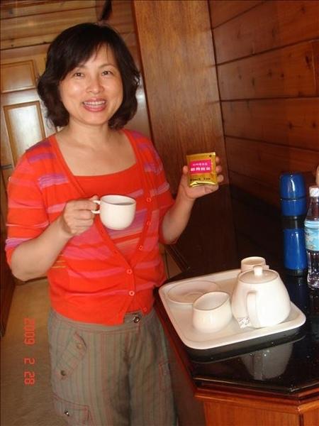 媽咪很賢慧的在泡茶給大家喝