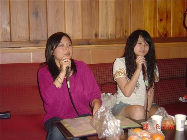 跟毓慧姊姊在唱歌