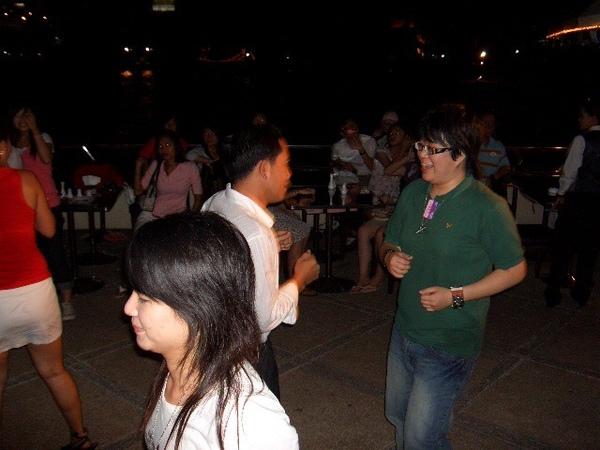 阿迪跟小閔被拉下去跳舞,哈哈