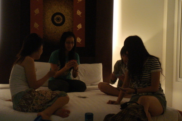在淳瑩跟小閔房間打起牌來了