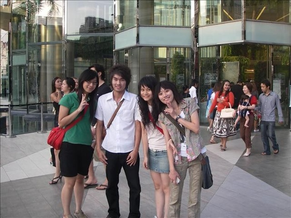 跟泰國高中生照相