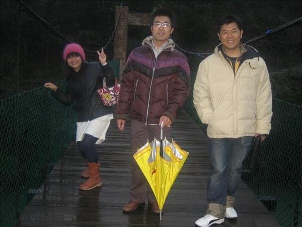 唐宇學長非常敬業拿永慶的雨傘